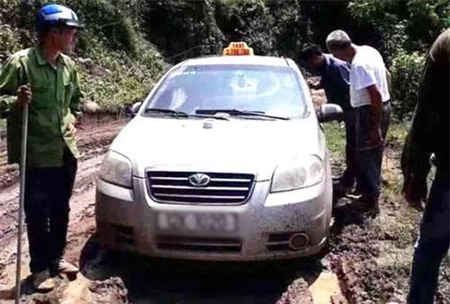 Chiếc xe taxi của anh M. được phát hiện tại địa bàn giáp ranh giữa tỉnh Hòa Bình và Sơn La.