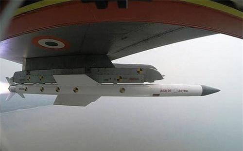 Tên lửa không đối không Astra dưới cánh tiêm kích Su-30MKI. Ảnh: Wikipedia.