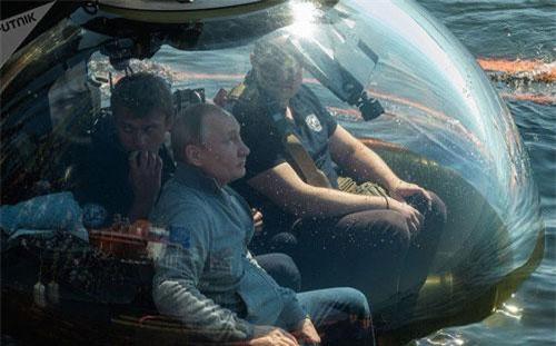 """Hôm 27/7, nhân sự kiện kỷ niệm """"Ngày Hải quân Nga"""", Tổng thống Vladimir Putin đích thân ngồi tàu lặn sâu xuống thăm xác tàu ngầm ShCh-308 Syomga (Cá hồi Đại Tây Dương) - nấm mồ tập thể của 40 thành viên thủy thủ đoàn. Nguồn ảnh: Sputnik"""