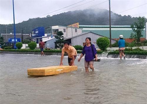 Mưa lũ hoành hành tại huyện đảo Phú Quốc mấy ngày qua. Ảnh: Nguyễn Hành.