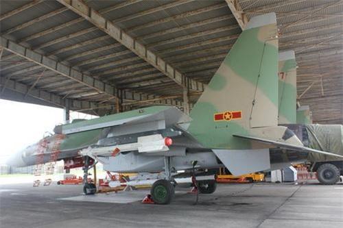 Tiêm kích Su-30MK2 của Không quân Việt Nam trực ban tác chiến với tên lửa R-27 và R-73 treo dưới cánh. Ảnh: Quân đội nhân dân.