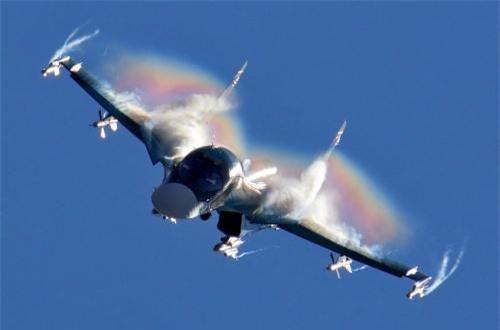 """Theo hãng thông tấn Interfax, hôm 8/8, Công ty Sukhoi đã ký hợp đồng với Bộ Quốc phòng Nga tiến hành nâng cấp máy bay tiêm kích - bom tiền tuyến Sukhoi Su-34. Trước mắt, việc hiện đại hóa sẽ được thực hiện trên một chiếc Su-34 mang số hiệu """"34 đỏ"""". Nguồn ảnh: Wikipedia"""