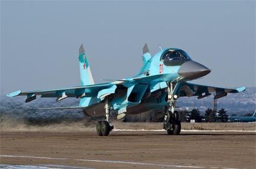 Theo Wikipedia, Su-34 là tiêm kích – bom tiền tuyến, tốc độ siêu âm được phát triển từ cuối những năm 1980 dưới thời Liên Xô dựa trên khung gầm cơ bản dòng tiêm kích tiền tuyến huyền thoại Su-27, nhưng được thiết kế lại phần mũi máy bay  với buồng lái hai chỗ ngồi song song thay vì trước – sau. Nguồn ảnh: Wikipedia