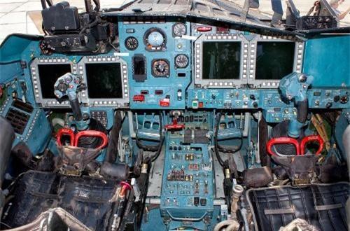 Cận cảnh cabin hai chỗ ngồi song – song trên Su-34 với bảng điều khiển gồm 4 màn hình LCD hiển thị tham số kỹ thuật bay. Su-34 cũng được trang bị radar có khả năng phát hiện mục tiêu mặt đất cách 200-250km, phát hiện máy bay tiêm kích cách 120km. Nguồn ảnh: Airliners.net