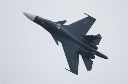 Máy bay trang bị cặp động cơ turbofan AL-31FM1 cho tốc độ tối đa Mach 1,8 (2.000km/h) dù dùng chung động cơ Su-27SM, bán kính chiến đấu 1.100km với tải trọng vũ khí tối đa, tầm bay cực đại 4.000km. Nguồn ảnh: Wikipedia