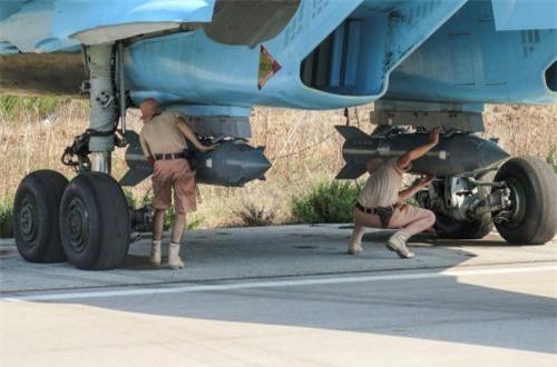 Trong nhiệm vụ không đối đất, Su-34 có khả năng triển khai nhiều loại tên lửa không đối đất, không đối hải, tên lửa chống radar và các loại bom thông minh cũng như bom không điều khiển. Trong ảnh, các kỹ thuật viên Nga đeo bom KAB-500S cho Su-34 làm nhiệm vụ tại Syria. Nguồn ảnh: Wikipedia
