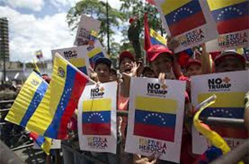 Người dân Venezuela đồng tâm phản đối lệnh phong tỏa của Mỹ. (Ảnh trong bài: AP)