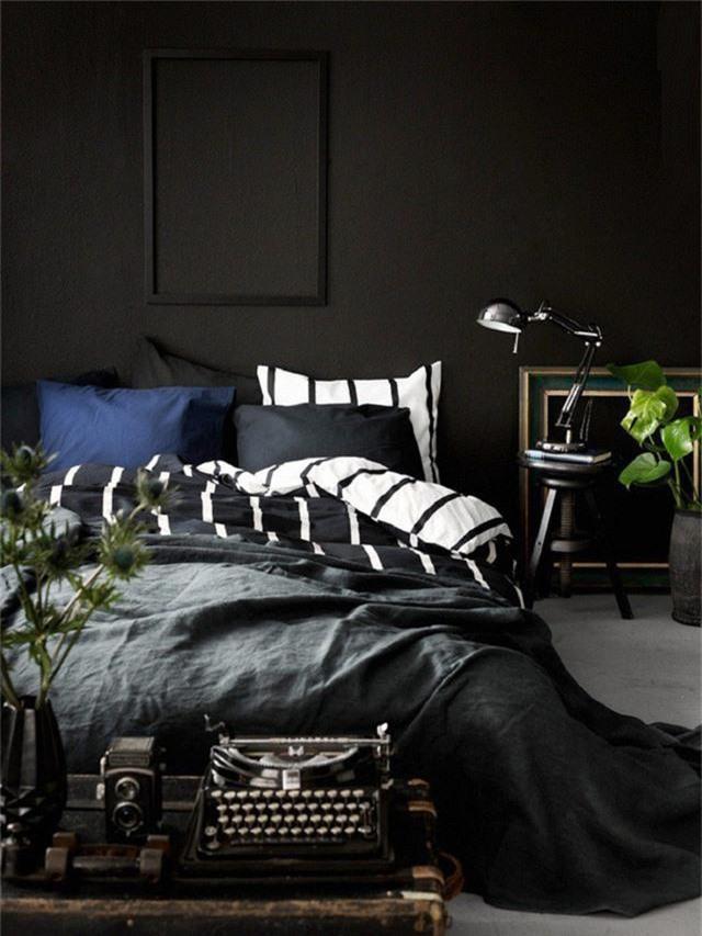 Khi cả căn phòng chìm trong gam màu đen thì họa tiết sọc đen trắng khiến nó sinh động hơn nhiều.