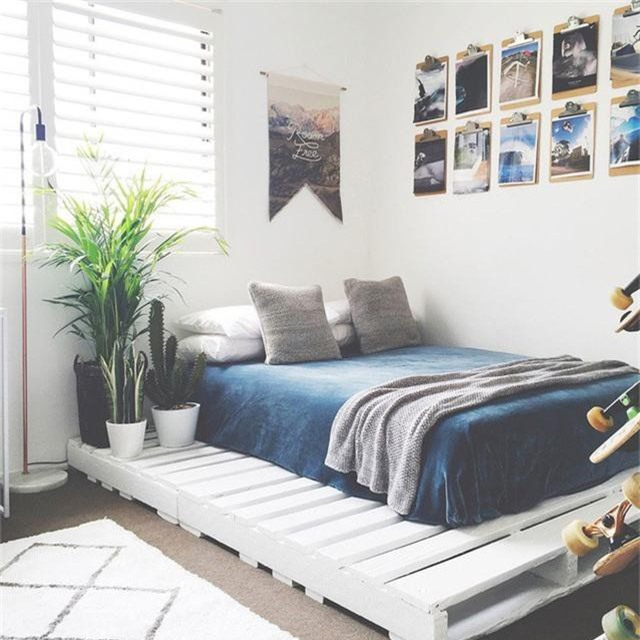 Kiểu giường pallet cũng thổi hồn vào không gian bình dị và phong cách thiết kế theo lối tối giản của căn phòng ngủ.