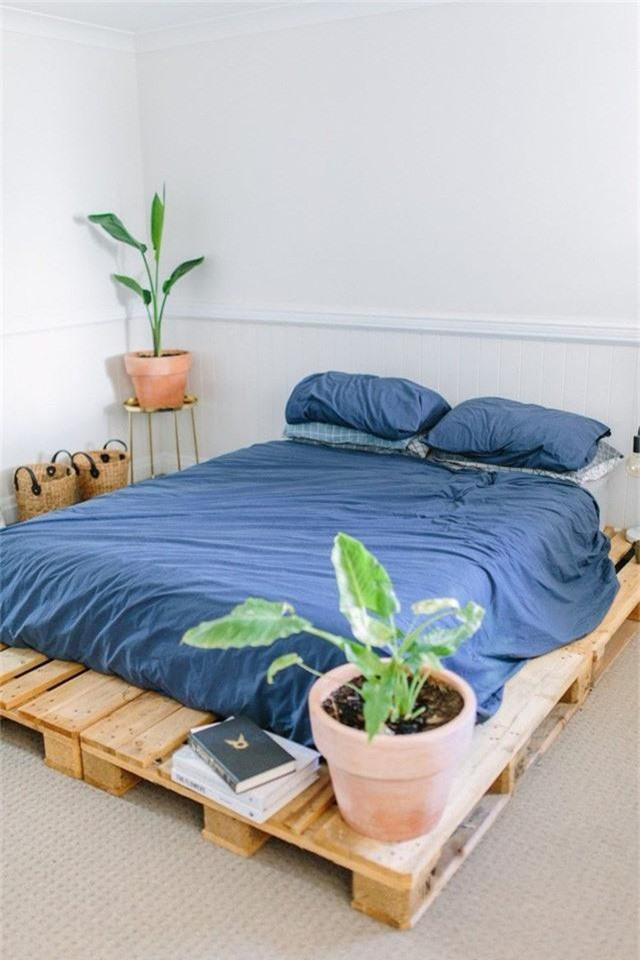 Những chất liệu nên được ưu tiên lựa chọn có thể kể đến chất liệu mềm mại cho chăn, gối, bổ sung rèm cửa mỏng nhẹ, và những món đồ bằng chất liệu gỗ tự nhiên.
