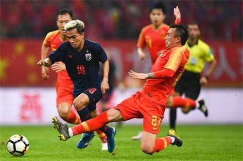 Chanathip (xanh) là ngôi sao số 1 của bóng đá Thái Lan hiện tại