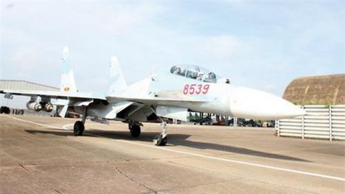 Tiêm kích đa năng Su-30MK2 của Việt Nam mang 4 bình rocket B-8M1 dưới cánh. Ảnh: Quân đội nhân dân.