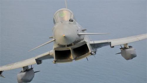 Tên lửa Storm Shadow treo dưới cánh tiêm kích Eurofighter Typhoon. Ảnh: Không quân Hoàng gia Anh.