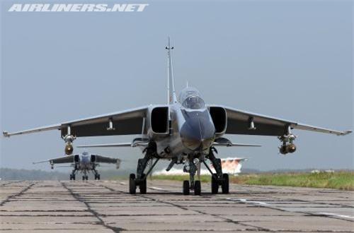 Theo Wikipedia, JH-7 là tiêm kích - bom hai động cơ, hai chỗ ngồi được Tổng Công ty công nghiệp máy bay Tây An (XAC) và Viện nghiên cứu thiết kế hàng không 603 phát triển từ cuối những năm 1980 cho Không quân Trung Quốc và Không quân Hải quân Trung Quốc. Nguồn ảnh: Airliners.net