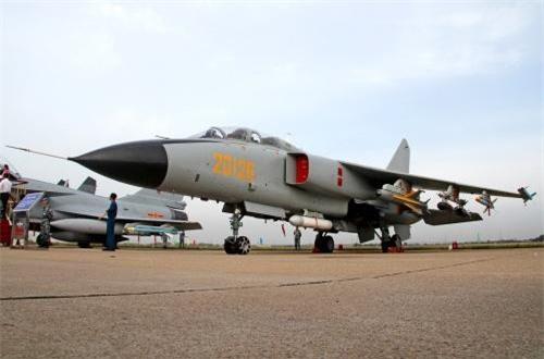 Ước tính 270 chiếc JH-7 gồm nhiều phiên bản đã được sản xuất từ 1988-2017. Hiện có 3 phiên bản được sản xuất gồm: JH-7A (phiên bản đầu cho hải quân); JH-7A cải tiến với hệ thống radar JL-10A, tăng tải trọng vũ khí; JH-7A II. Ngoài ra, Trung Quốc từng giới thiệu ba phiên bản xuất khẩu gồm: JH-7E; FBC-1 và FBC-1A nhưng chưa ai dám mua. Nguồn ảnh: Airliners.net