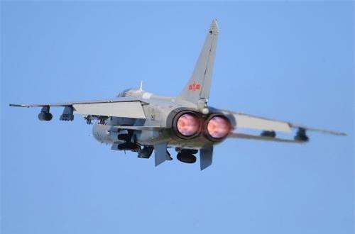 JH-7 trang bị cặp động cơ tuốc bin phản lực cánh quạt đẩy WS-9 cho phép đạt tốc độ tối đa 1.808km/h, bán kính chiến đấu 900km, tầm bay cực đại 3.700km, trần bay 16.000m. Nguồn ảnh: Airliners.net