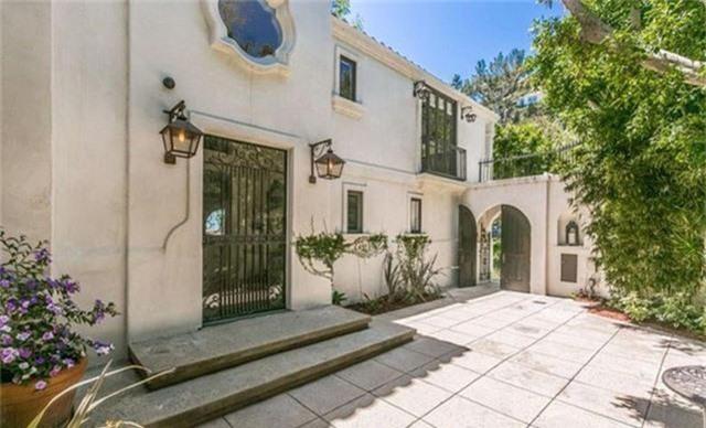 Cũng như nhiều bất động sản tại khu Hollywood Hills khác, biệt thự được thiết kế để tối ưu hóa sự riêng tư, được bao quanh bởi những bức tường và hàng cây cao.