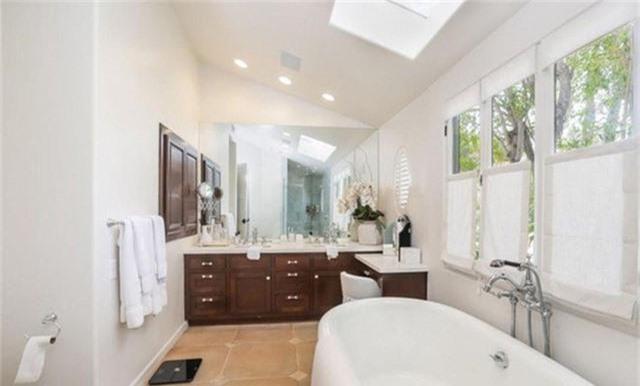 Phòng tắm chính được trang bị đầy đủ và có hẳn một bàn trang điểm cỡ lớn.