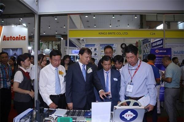 Thứ trưởng Bộ Công Thương Đỗ Thắng Hải thăm quan gian hàng triển lãm.