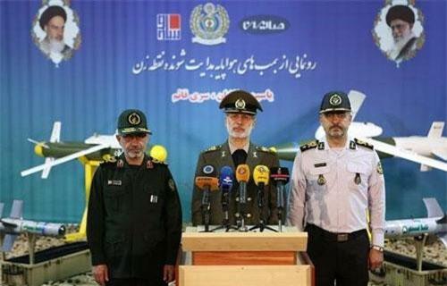 Ngày 5/8, hàng loạt tờ báo lớn, các hãng thông tấn của Iran và thế giới đã đăng tải thông tin Bộ Quốc phòng nước này chính thức giới thiệu ba loại vũ khí thông minh được sản xuất từ A-Z bởi các chuyên gia hàng đầu công nghệ điện tử Iran. Nguồn ảnh: IRINA