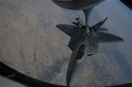Truyền thông thế giới vừa tỏ ra cực kỳ sửng sốt với hình ảnh chiến đấu cơ F-22 Raptor mới vừa được Không quân Mỹ đăng tải lên Twitter chính thức của lực lượng này. Theo đó, chiếc chiến đấu cơ thế hệ thứ năm của Mỹ dường như đã tiếp liệu trên không trong không phận của Syria. Nguồn ảnh: Twitter.