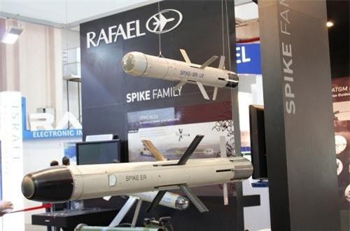 Spike NLOS là phiên bản tầm cực xa của hệ thống tên lửa chống tăng có điều khiển Spike do Israel phát triển, lên đến 25km. Hiện tại, hệ thống này chủ yếu trang bị trên các phương tiện tự hành mặt đất, nhưng hoàn toàn có thể cải tiến để trang bị cho trực thăng. Nguồn ảnh: Wikipedia