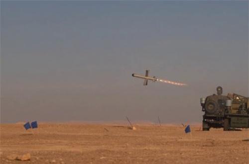Tùy theo yêu cầu của từng nhiệm vụ nên chúng sẽ được lắp các kiểu đầu nổ khác nhau như xuyên lõm tandem (2 lượng nổ, xếp trước-sau), nổ mảnh, xuyên-nổ… Nhờ được dẫn bắn bởi máy bay không người lái hoặc vệ tinh, tên lửa cho độ chính xác rất cao.  Nguồn ảnh: Wikipedia