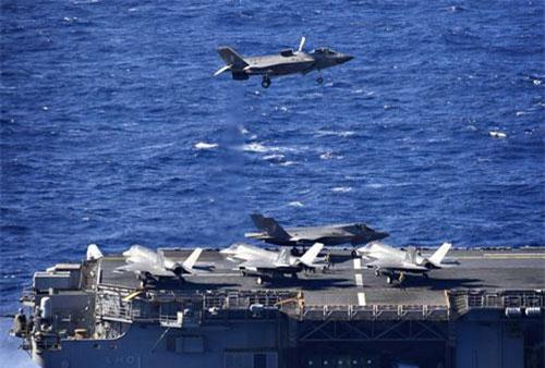 """Hồi đầu tháng 8 vừa qua, thuỷ quân lục chiến Mỹ với tàu đổ bộ tấn công USS Wasp đã có cuộc tập trận cùng các máy bay thế hệ năm F-35B tại vùng biển được coi là """"cửa ngõ"""" của Biển Đông. Nguồn ảnh: Sina."""