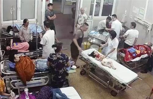 Đinh Việt Bắc (áo ba lô màu đen) đưa con gái đến cấp cứu vết thương trên trán và được y bác sĩ tiếp nhận thăm khám, sơ cứu vết thương.