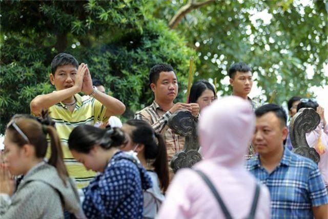 Hà Nội: Dân công sở đội nắng 40 độ C đi lễ rằm tháng bảy - 12