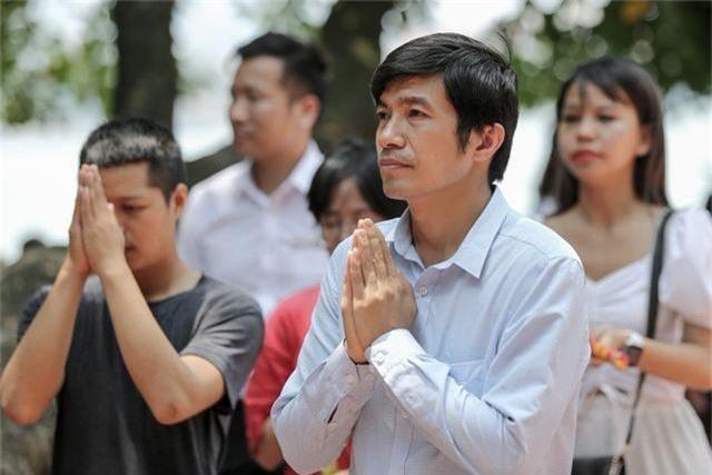 Hà Nội: Dân công sở đội nắng 40 độ C đi lễ rằm tháng bảy - 13