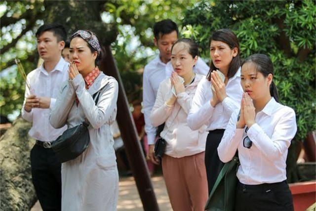 Hà Nội: Dân công sở đội nắng 40 độ C đi lễ rằm tháng bảy - 14