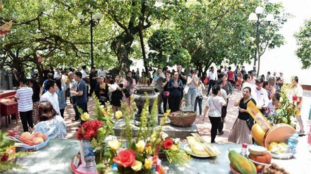 Hà Nội: Dân công sở đội nắng 40 độ C đi lễ rằm tháng bảy - 2