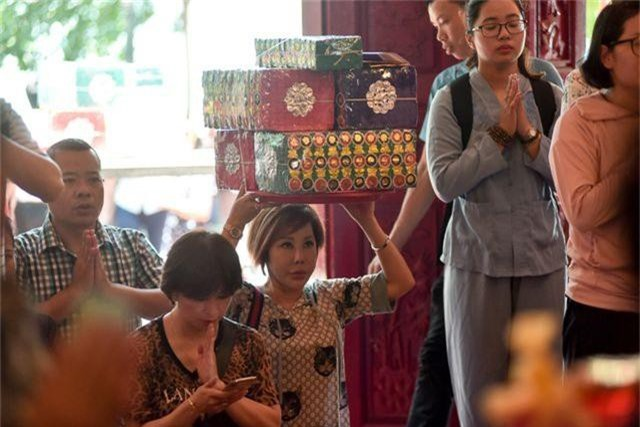 Hà Nội: Dân công sở đội nắng 40 độ C đi lễ rằm tháng bảy - 4