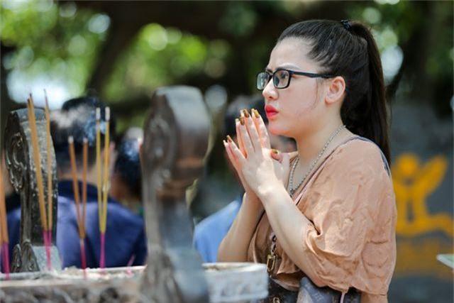 Hà Nội: Dân công sở đội nắng 40 độ C đi lễ rằm tháng bảy - 9