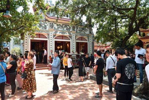 Nắng nóng đỉnh điểm nhưng phủ Tây Hồ (Quảng An, Tây Hồ, Hà Nội) vẫn đón hàng ngàn lượt người dân đến dâng lễ vào ngày rằm tháng bảy Âm lịch.