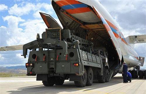 Vào ngày 12/7, máy bay vận tải hạng nặng An-124 Ruslan của Nga đã hạ cánh xuống Thổ Nhĩ Kỳ để bàn giao những thành phần đầu tiên của tổ hợp tên lửa phòng không tầm xa S-400 Triumf.