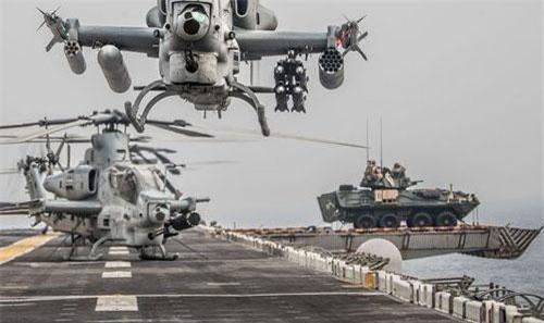 Xe thiết giáp xuất hiện ở bên phải bức ảnh trên boong tàu USS Boxer (Ảnh: Hải quân Mỹ)