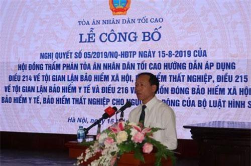 Phó Chánh án Tòa án nhân dân tối cao Nguyễn Trí Tuệ công bố Nghị quyết 05/2019/NQ-HĐTP. (Ảnh: TTXVN)