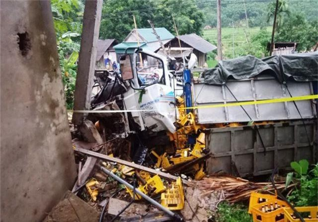 Xe tải tông vào nhà dân, 2 người tử vong - 3
