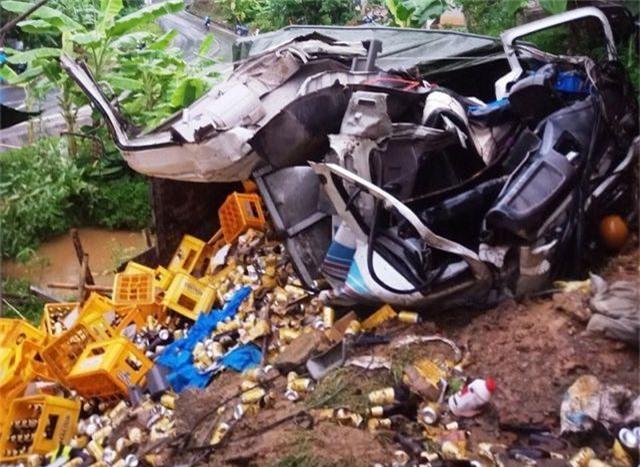 Xe tải tông vào nhà dân, 2 người tử vong - 6