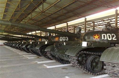 Trước khi T-90S/SK về tới Việt Nam, loại xe tăng được coi là hiện đại và mạnh mẽ nhất của Quân đội Nhân dân Việt Nam được xác định là T-62. Cũng vì hiện đại và mạnh mẽ nên các tư liệu ảnh về T-62 trong quân đội ta không nhiều, nếu không muốn nói là quá hiếm. Nguồn ảnh: QĐND