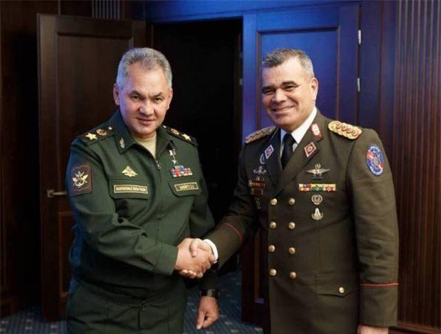 Bộ trưởng Quốc phòng Vladimir Padrino (phải) và người đồng cấp Nga Sergei Shoigu (Ảnh: Bộ Quốc phòng Venezuela)