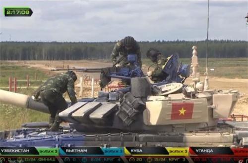 Pháo thủ, Trung úy QNCN Phan Anh Tuấn của kíp xe đầu tiên đã xuất sắc tiêu diệt hết 3 mục tiêu đầu tiên với súng PKT lần lượt ở các cự li 600m, 700m, 800m. Nguồn ảnh: Tzvezda
