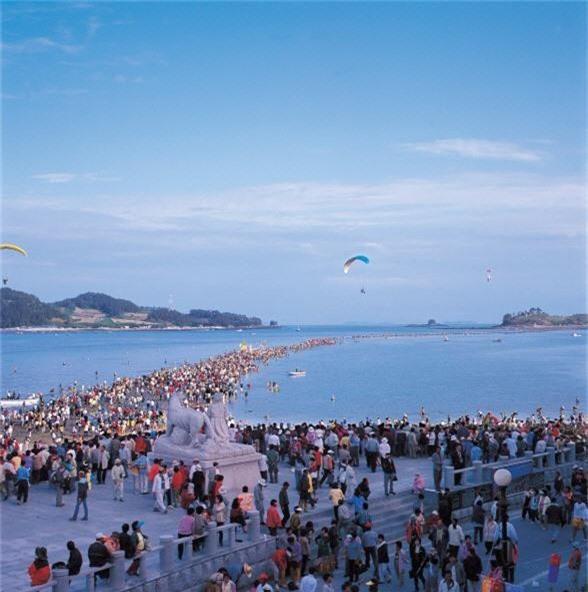 Đến hẹn lại lên: Con đường giữa biển Hàn Quốc 2 năm mới xuất hiện 1 lần, kỳ bí như vậy nhưng người dân vẫn thản nhiên… ăn mừng - Ảnh 5.