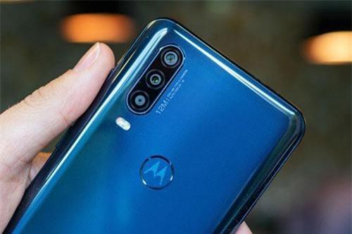 Motorola One Action được trang bị 3 camera. Trong đó, cảm biến chính 12 MP, khẩu độ f/1.8 cho khả năng lấy nét theo pha. Cảm biến thứ hai 16 MP, f/2.2 cho ống kính góc rộng 117 độ. Ống kính thứ ba 5 MP giúp chụp ảnh xóa phông. Bộ ba này được trang bị đèn flash LED kép, quay video 4K.