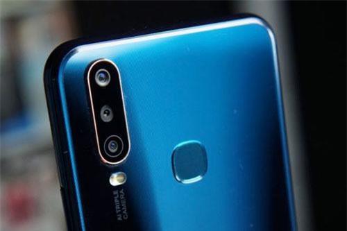 Vivo Y17 được trang bị 3 camera ở mặt lưng. Trong đó, cảm biến chính 13 MP, khẩu độ f/2.2 cho khả năng lấy nét theo pha. Cảm biến góc rộng 8 MP, f/2.2 cho góc chụp 120 độ và cảm biến còn lại 2 MP, f/2.4 giúp chụp ảnh xóa phông. Bộ ba này được trang bị đèn flash LED, quay video Full HD.