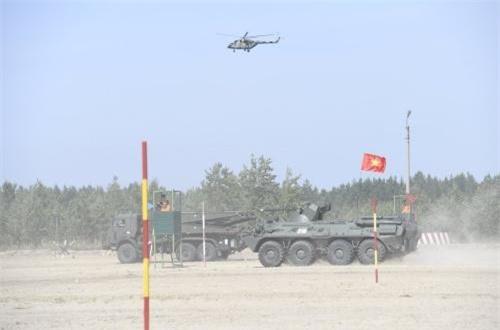 """Fanpage Bộ Quốc phòng Nga mới đây đăng tải loạt ảnh cuộc thi """"Lộ trình an toàn"""" – Hội thao quân sự quốc tế Army Games, trong đó nổi bật lên cảnh một chiếc xe thiết giáp chở quân BTR-82A cắm cờ Việt Nam. Hóa ra, đó là chiếc xe được phát cho công binh Việt Nam sử dụng trong các đề mục thi. Nguồn ảnh: Bộ Quốc phòng Nga"""