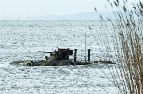 Nó có khả năng lội nước tối đa 10km/h bằng chân vịt bố trí ở đuôi xe. Nguồn ảnh: Wikipedia