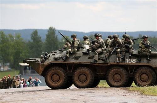 Theo Military-Today, BTR-82A là phiên bản mới nhất và hiện đại nhất của dòng xe thiết giáp chở quân BTR-80 được phát triển cuối thời Liên Xô. Những chiếc BTR-82A đầu tiên bắt đầu gia nhập Quân đội Nga từ năm 2013 và nhanh chóng được ưa chuộng vì những khả năng mà nó đem lại. Nguồn ảnh: Wikipedia